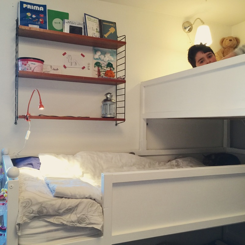 bunkbed for three with string shelf